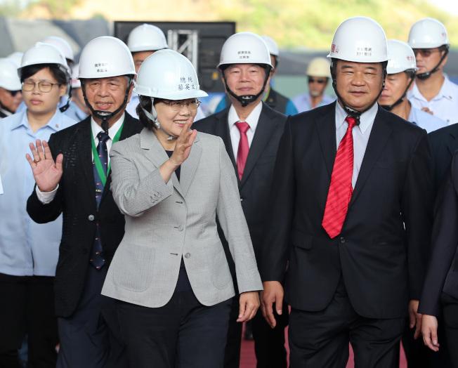 蔡英文總統(左二)12日出席離岸風電水下基礎生產基地「基樁對接啟動儀式」。(記者林澔一/攝影)