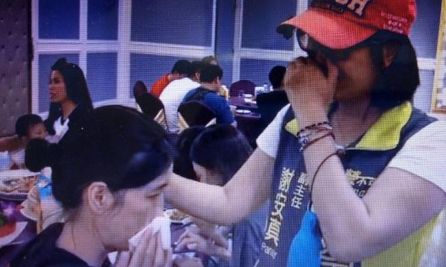 立委陳瑩助理謝安真(右)與妹妹相認,喜極而泣。(取材自陳瑩臉書)