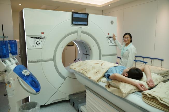 台灣聯新國際醫院心臟內科醫師劉冠良建議,有三高的高危險群或曾有胸悶、胸痛及心血管問題的民眾,都適合以電腦斷層檢查作為篩檢工具。(圖:台灣聯新醫院提供)