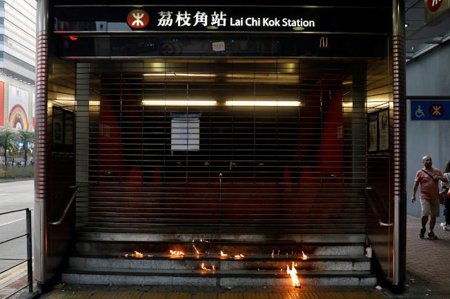 港鐵荔枝角站遭到縱火。 (路透)