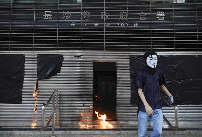 示威者縱火破壞長沙灣政府合署。(美聯社)