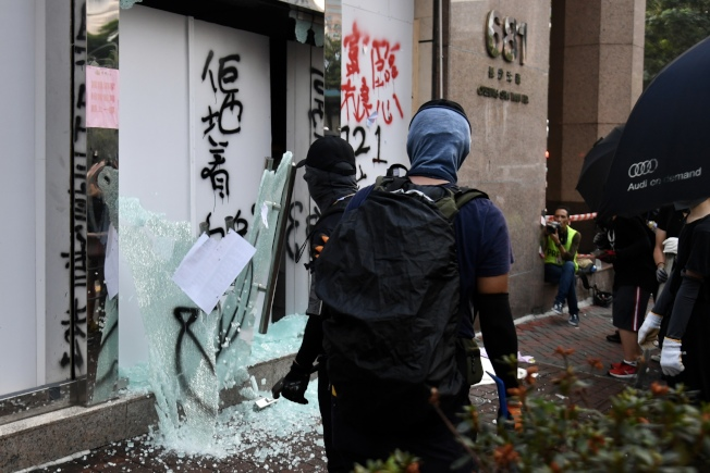示威者於長沙灣道貿易廣場富臨酒家門口塗鴉及破壞,酒家大門玻璃被打碎散落一地。(中通社)