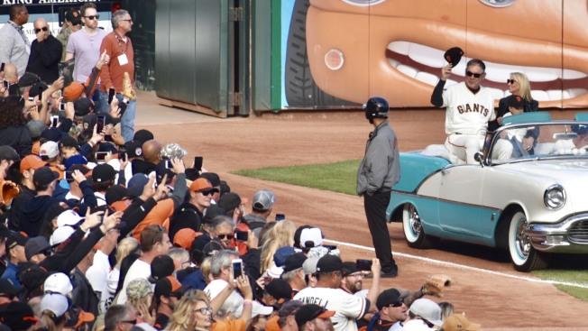 波奇搭乘敞篷轎車在甲骨文球場繞場一周,接受全場球迷歡呼致敬。(記者黃少華/攝影)