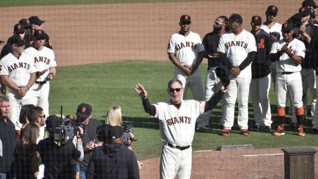 結束執教生涯的最後一戰後,巨人隊全體球員列隊向總教練波奇鼓掌致敬。(記者黃少華/攝影)