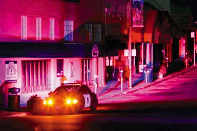 10日晚上,屋崙的蒙克萊爾區(Montclair)被斷電,街上一片黑暗,警方在區的購物中中前戒備,以防中心被搶。(電視新聞截圖)