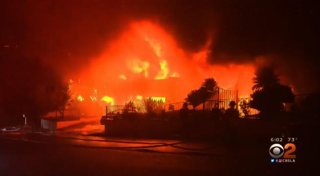 肆虐聖費南度谷的馬鞍嶺大火。(來源:CBS)