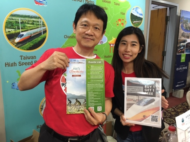 台灣觀光局主任施照輝(左)表示,今年是台美旅遊年,同時也是台灣觀光局洛杉磯辦事處20周年慶和台灣小鎮旅遊年,觀光局和五家旅行社聯手,推出多種台灣遊優惠計劃。(記者楊青/攝影)