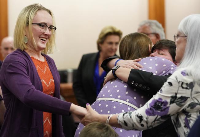 卡西迪(左)在宣判後與奶奶(右)拉手慶祝,李昂(左二)與一名女檢察官擁抱。(美聯社/休士頓紀報)