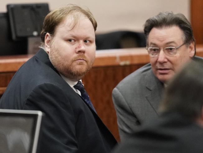 哈斯凱(左)在等宣判前的神情。(美聯社/休士頓紀事報)