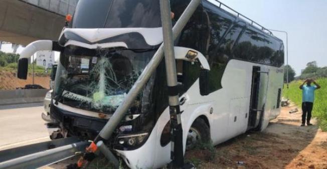 一輛泰國大巴士側翻,七名中國遊客受輕傷。(取材自澎湃新聞)