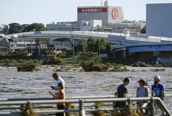 哈貝吉強颱撲日,14條河川潰堤造成嚴重的災情,埼玉縣川越市養老院淹水。圖為水位高漲的多摩川。(美聯社)