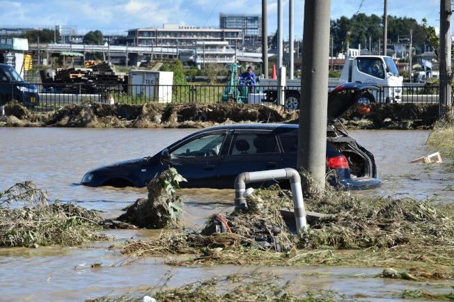 颱風哈吉貝肆虐日本,埼玉縣一處養老院驚傳260人受困,目前當局已展開救援行動。圖為埼玉縣淹水情況。(Getty Images)