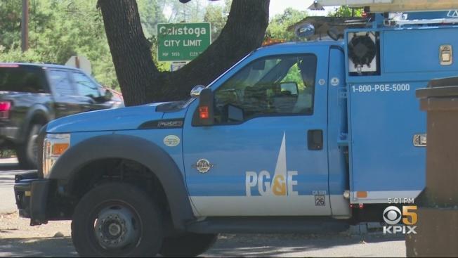 PG&E的工人,10日在納巴縣卡利斯度加(Calistoga)搶修輸電路線。在2017年的酒鄉大火中,卡利斯度加是主要起火地點,起火原因正是電線被強風吹倒。(電視新聞截圖)