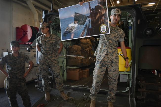 艦上官兵介紹登陸作戰坦克的實戰能力。(記者黃少華/攝影)