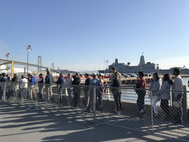 數千市民大排長隊等候登上桑默塞特號船塢平台登陸艦參觀。(記者黃少華/攝影)