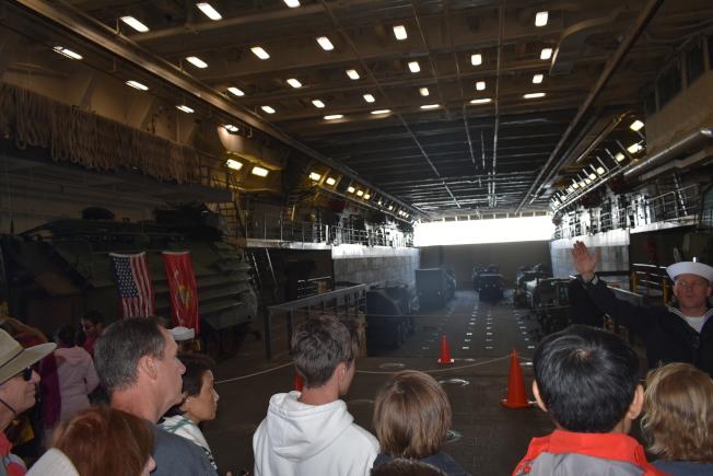 桑默塞特號船塢平台登陸艦的登陸作戰坦克及其它登陸作戰車輛吸引不少專業觀眾駐足參觀。(記者黃少華/攝影)