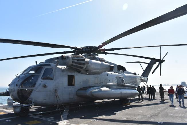 CH-46海騎士直升機是桑默塞特號船塢平台登陸艦甲板上必備的殺手鐧。(記者黃少華/攝影)