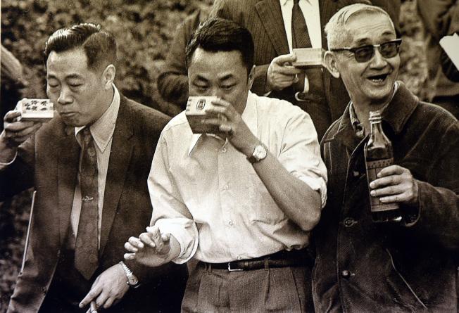 故宮前副院長莊嚴(右一)1973年在故宮現址旁小溪舉辦曲水流觴。(圖/莊靈攝、國父紀念館提供)