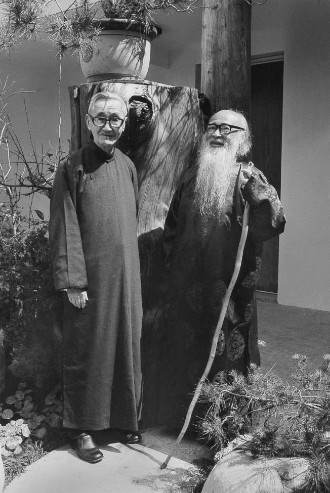 張大千(右)1979年與故宮前副院長莊嚴合影於摩耶精舍前。(莊靈/攝影)