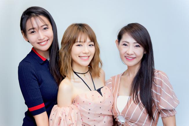 林明禎(中)的姐姐林詩枝(左)和媽媽也專程從大馬訪台,一家都是美人胚子。(圖:種子音樂提供)
