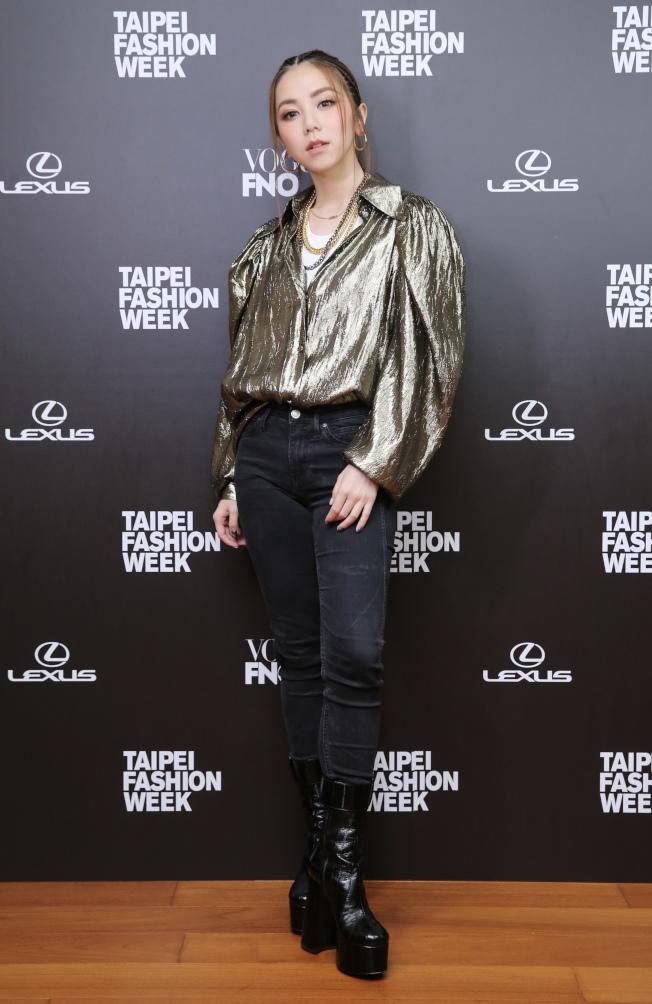 走遍全球時裝周 謝金燕回台北紅毯「辣腿全露」