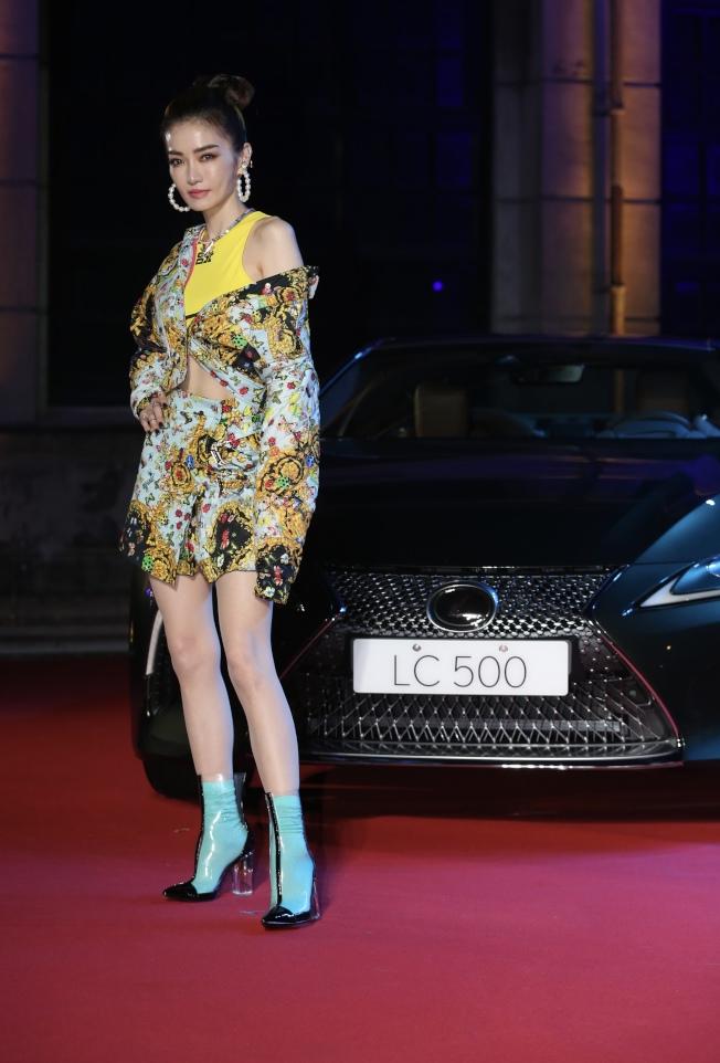 台北時裝周,謝金燕美腿走紅毯。(記者許正宏/攝影)