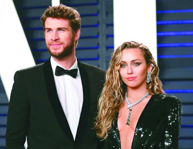 麥莉(右)與雷神弟離婚2個月後,認愛22歲男星寇迪辛普森。(路透資料照片)