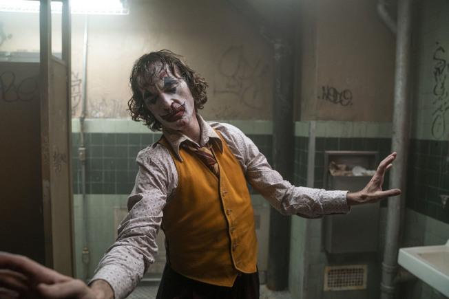 影星瓦昆菲尼克斯在新片「小丑」中,演繹一名社會底層的男子轉化成高譚市最狂惡人「小丑」的過程與心境。(圖:華納兄弟提供)