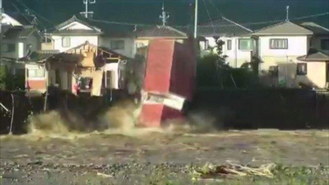 今年第19號颱風、強颱哈吉貝肆虐日本,帶來嚴重災情。長野縣千曲川潰堤,沖垮岸邊房屋地基,導致房屋直接坍塌。美聯/@sakunokoi