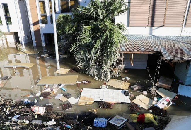 颱風哈吉貝肆虐日本,造成至少33死19失蹤。圖為川崎市靠近多摩川的低窪住宅區13日嚴重淹水。(路透)