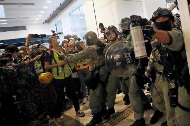 香港警方指出,有港警被示威者攻擊。圖/歐新社