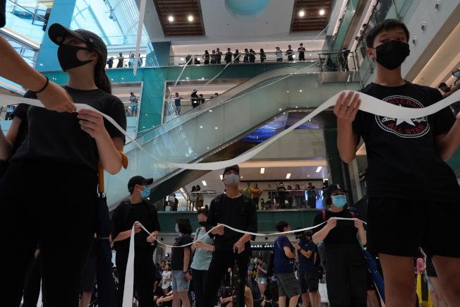 香港反送中示威者13日在新界的購物中心抗議。美聯社