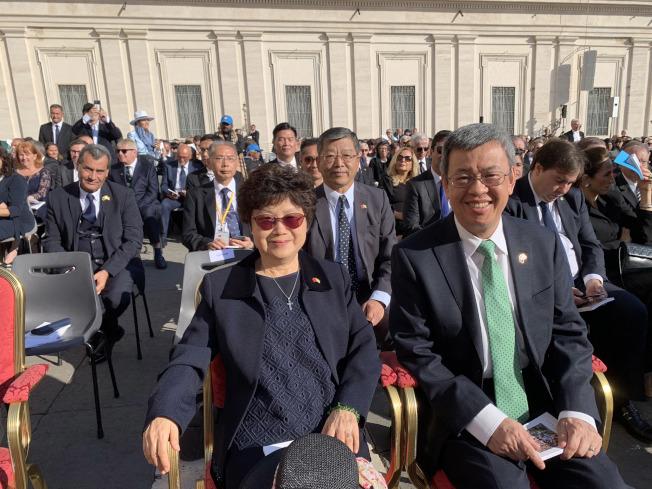 中華民國副總統陳建仁13日在梵蒂岡出席英國紐曼樞機主教等5人的封聖典禮,與各國政要一同列席特使專區。(中華民國駐教廷大使館提供)中央社