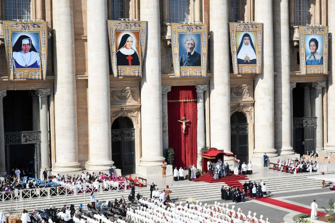 圖為教廷13日舉行紐曼樞機主教等5位天主教先人封聖典禮。Getty Images