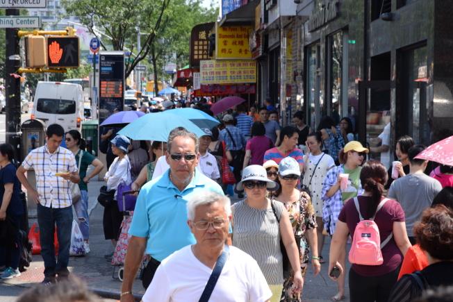 華人大批湧入法拉盛,市況繁榮。(許振輝/攝影)