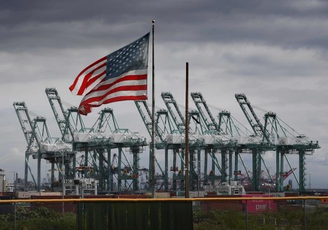 受美中經貿情勢影響,美國經濟似有放緩跡象。圖為加州長堤貨櫃碼頭。(Getty Images)