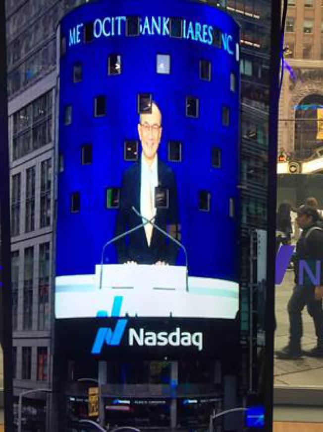 美豐銀行首席執行長陳競鴻在紐約納斯達克NASDAQ敲鐘開市。(美豐銀行提供)