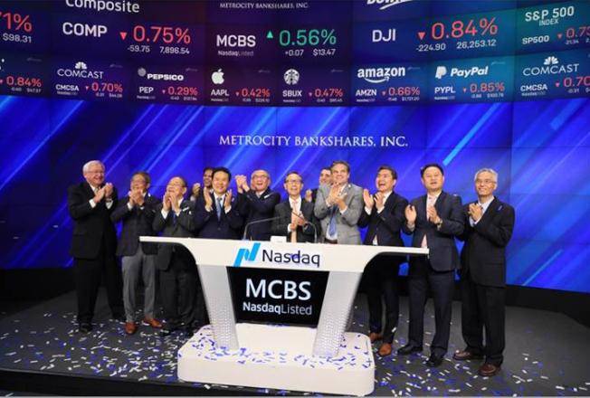 美豐銀行主要負責人10月8日在紐約納斯達克NASDAQ敲鐘,慶祝股票公開發行。 (美豐銀行提供)