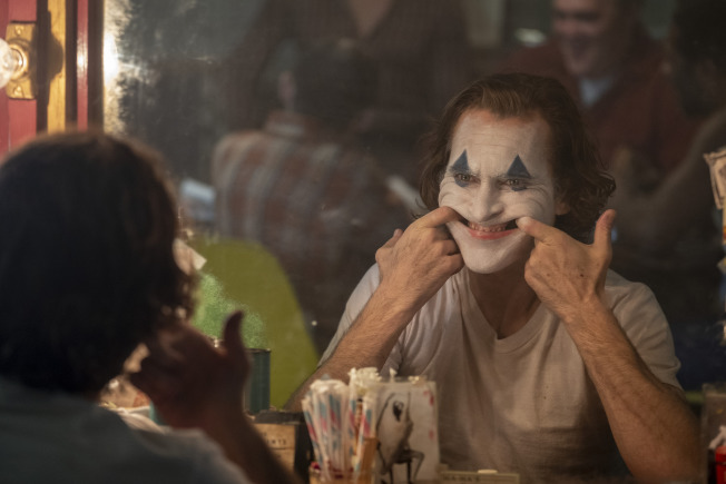 「小丑」連續第二個周末拿下票房榜首,圖為主角瓦昆菲尼克斯在戲中的扮相。(美聯社)