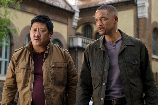 華裔演員黃凱旋(左)和威爾史密斯在電影「雙子殺手」中的一幕。(美聯社)