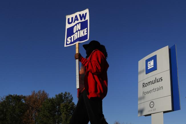 通用汽車的工會罷工至今,已將近一個月,造成許多工人的家庭生活困難。(美聯社)