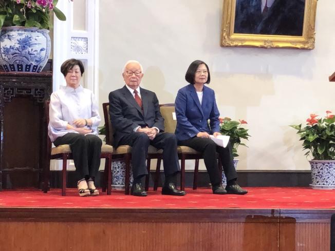 蔡英文總統與張忠謀以及夫人張淑芬共同出席14日的記者會。(記者賴于榛/攝影)