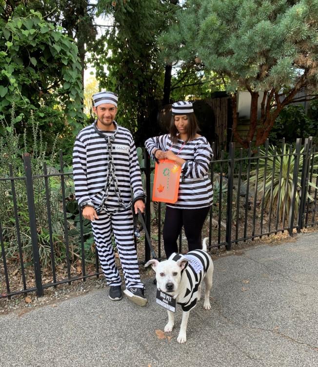 主人和愛犬一起妝扮成監獄囚犯。(記者黃伊奕/攝影)