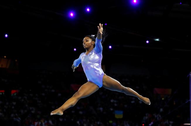 美國體操明星「黑珍珠」拜爾斯13日晚在德國斯圖加特體操世錦賽女子跳馬奪金,摘下個人生涯第23面世錦賽獎牌,追平白俄羅斯男子名將薛爾布歐在1991到1996年之間創下的世錦賽生涯最多獎牌紀錄。(路透)
