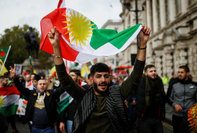 在倫敦的庫德族支持者,13日在街頭抗議土耳其總統厄多安與敘利亞部隊在敘國北部剿滅庫德族部隊。(路透)