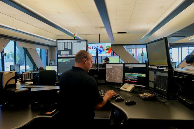 洛杉磯縣消防局調度中心調度員在工作。(記者陳開/攝影)