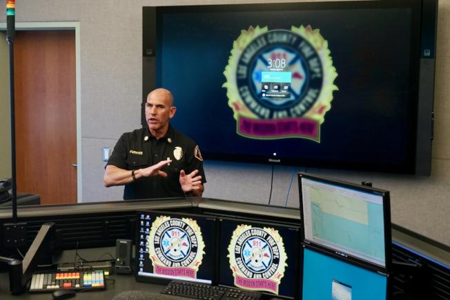 洛杉磯縣消防局調度中心局長Michael Fuentes在洛杉磯縣消防局總部內的調度中心講解911報警電話運作模式。(記者陳開/攝影)