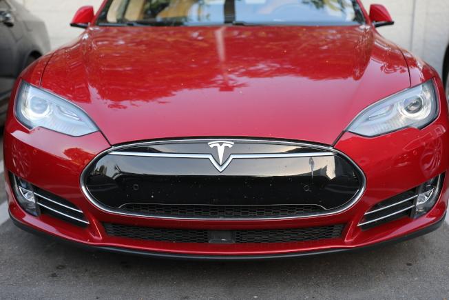 電動車大廠特斯拉推出「智慧召喚功能」,但評價好壞參半,還導致Model S自動擦撞牆壁。(Getty Images)