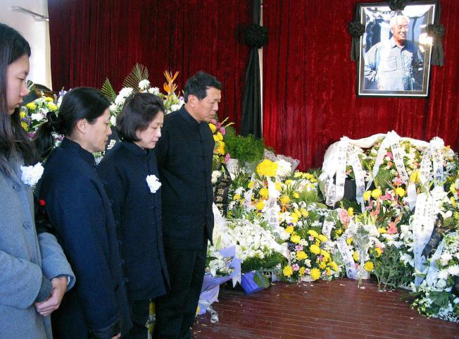 趙紫陽去世十周年,民眾前往趙家悼念仍受阻,圖為2005年1月19日趙紫陽的女兒王雁南(左二)及家屬在靈堂向致祭的人士答禮。(Getty Images)