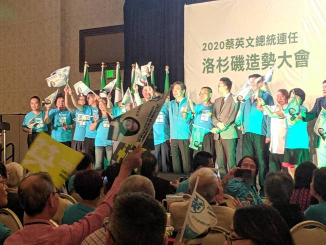 綠營支持者揮舞特製小英旗,為蔡英文連任總統助陣。(記者蕭永群/攝影)